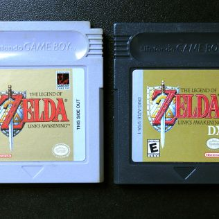 Link's Awakening para Game Boy (esquerda) e Link's Awakening DX compatível com Game Boy e Game Boy Color (direita)