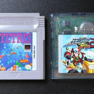 Cartucho de Game Boy (esquerda) e cartucho de Game Boy Color (direita)