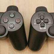 Olhando só pela frente fica difícil distinguir o controle falso (esquerda) do original (direita)