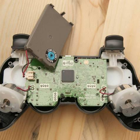PCB do controle original; a bateria é encaixada com pinos e protege o chip no meio