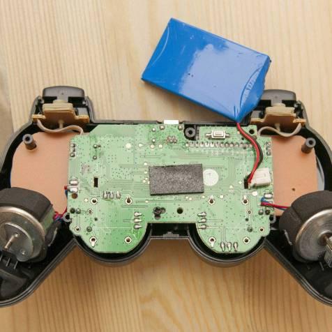 PCB do controle falso parece mais simples; bateria colada com um pedaço de espuma adesiva