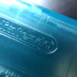 No verso do cartucho paralelo, o logotipo Nintendo tem um Q no lugar do O