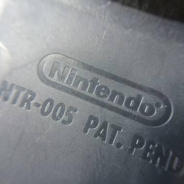 Logotipo Nintendo no verso do cartucho paralelo, repare que as letras são mais gordinhas