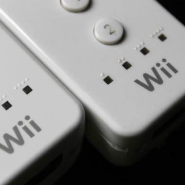 Serigrafia no Wii Remote paralelo (direita) é escura e grosseira