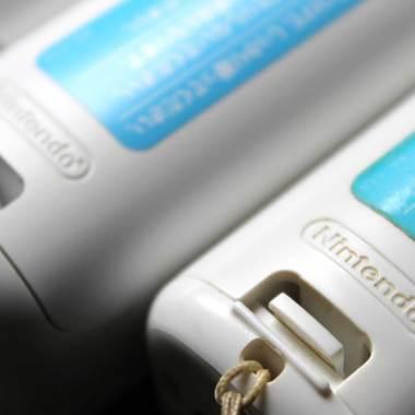 Logotipo Nintendo no controle paralelo (direita) não tem o ®