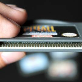 Sem precisar abrir o cartucho, verifique o logotipo Nintendo sobre os contatos do PCB