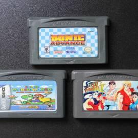 Três cartuchos paralelos: o label do primeiro (acima) é muito bem-feito, o do segundo (esquerda) é terrível e o do terceiro (direita) não tem nenhuma das informações obrigatórias, como logotipo Nintendo e selo ESRB