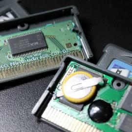 Comparação entre um PCB original (esquerda) e um PCB paralelo (direita), que usa bateria