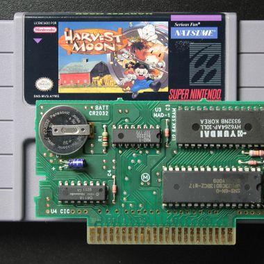O cartucho repro utiliza um PCB original com a memória ROM regravada com Harvest Moon