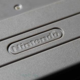 Detalhe do logotipo Nintendo no verso do cartucho pirata, mal impresso e com o ® fora do lugar