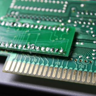 Verso do PCB usado no cartucho repro, com um chip TSOP para DIP soldado por cima do original
