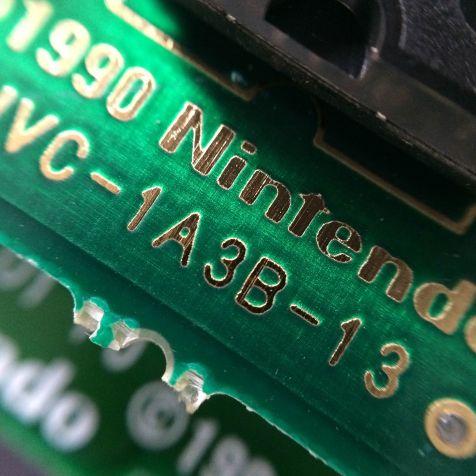Logotipo Nintendo e informações gravadas no PCB