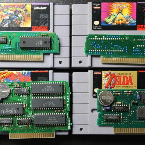 Exemplos de PCB de cartuchos de SNES. Em cima, frente e verso do mesmo modelo de placa.