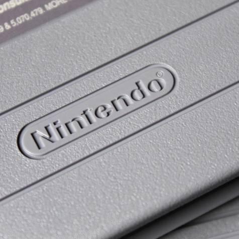 Logotipo Nintendo gravado em baixo relevo