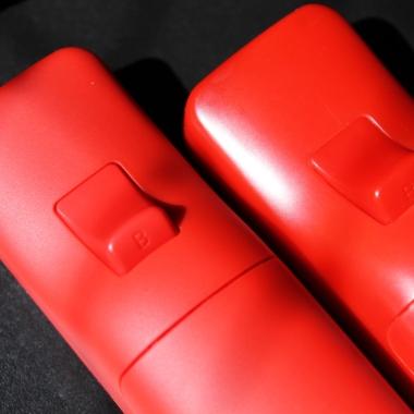 Wii Remote original (esquerda) é feito de plástico de mais alta qualidade, e tem um brilho suave mesmo sob a luz do sol