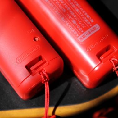 Wii Remote original (esquerda) tem acabamento e encaixes refinados