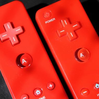 Wii Remote original (esquerda) tem os botões de cor diferente do controle
