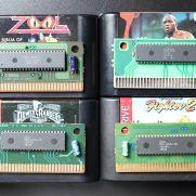 Exemplos de PCB de cartuchos de Mega Drive. Os PCBs eram fabricados em diferentes cantos do mundo.