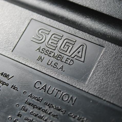 Logotipo Sega gravado em alto relevo