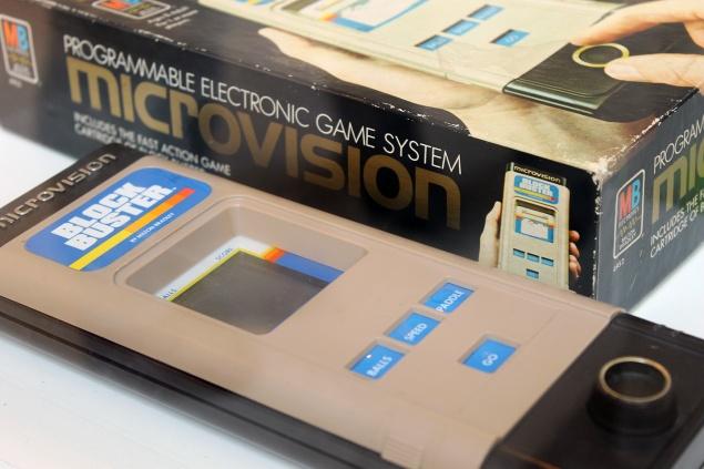 O MicroVision (1979) foi o primeiro videogame portátil a usar cartuchos