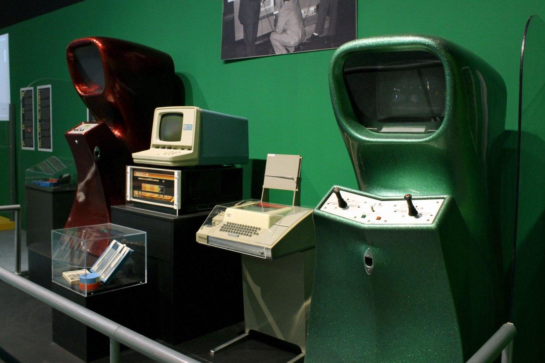 Os dois gabinetes são as versões comum e multiplayer de Computer Space (Syzygy Engineering, 1971)