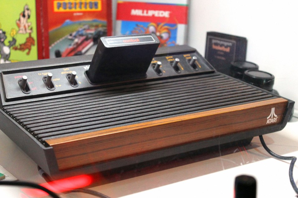 """As versões mais raras do Atari 2600 têm seis interruptores e foram apelidadas """"Heavy Sixer"""" e """"Light Sixer"""" (o da foto)"""